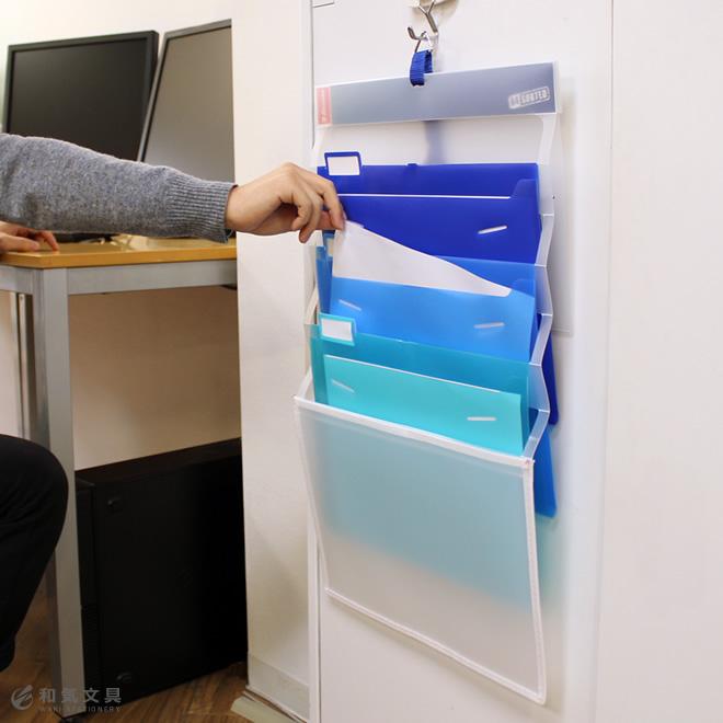 デスク周りのスペースを有効活用3段ポケットのショートサイズ